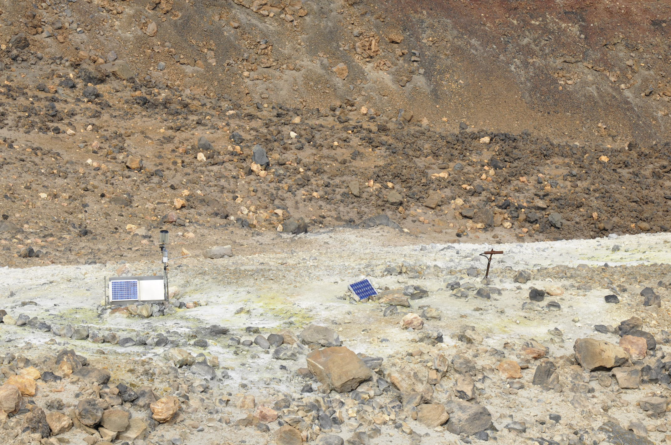 Fumaroles on Teide, with some instruments whose purpose I am not sure about. Note how the ground is yellow with sulphur.